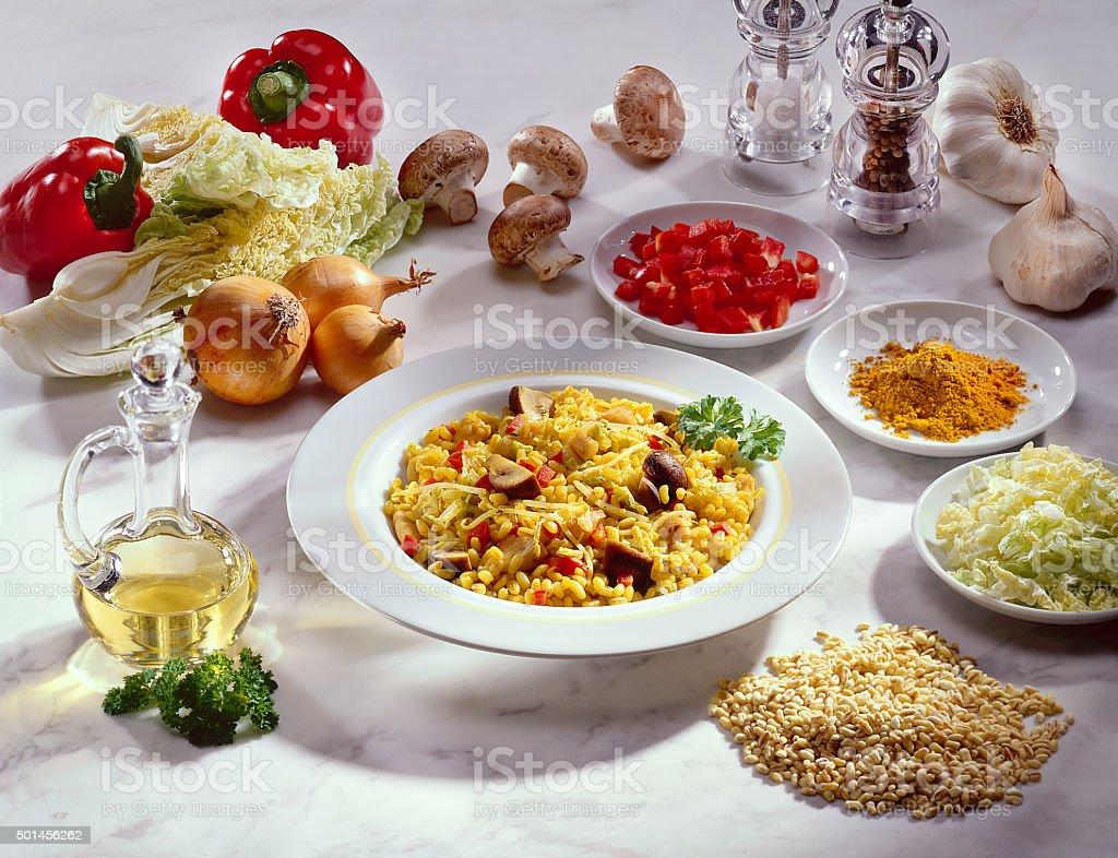Getreidegericht mit Safran, Peperoni/Papirka und Pilzen stock photo