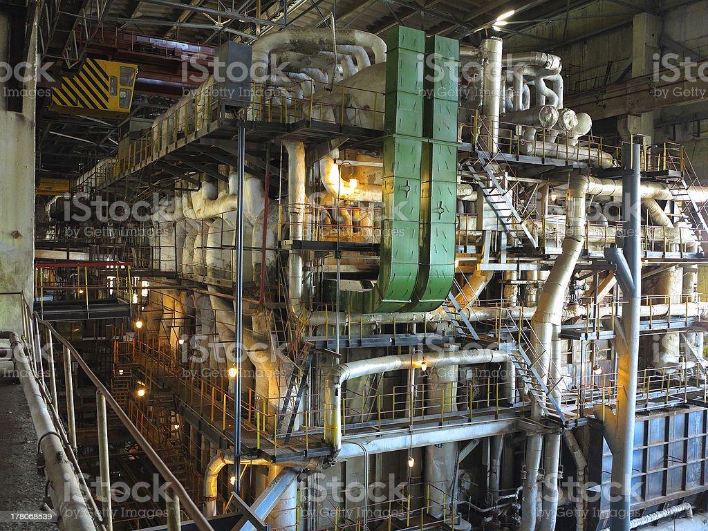 Gigantes canos, tubos e equipamentos dentro da planta, Cena nocturna foto de stock royalty-free