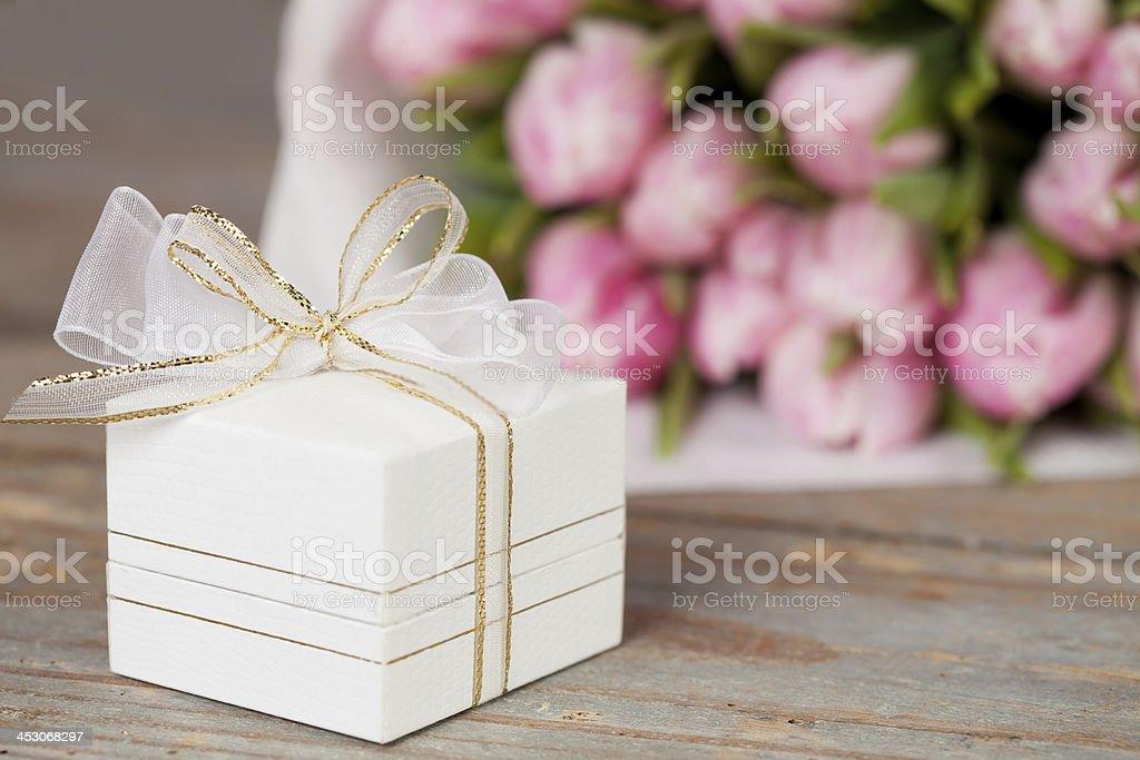 Presentes e flores foto royalty-free