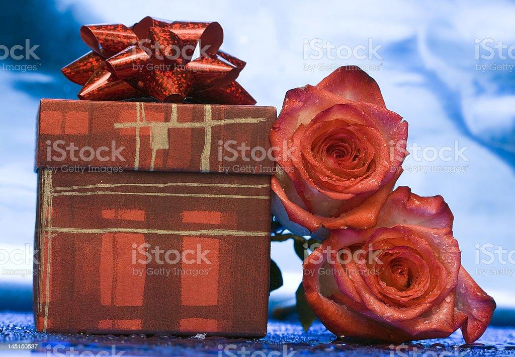 Caixa de presente e red roses (expressão inglesa) foto de stock royalty-free