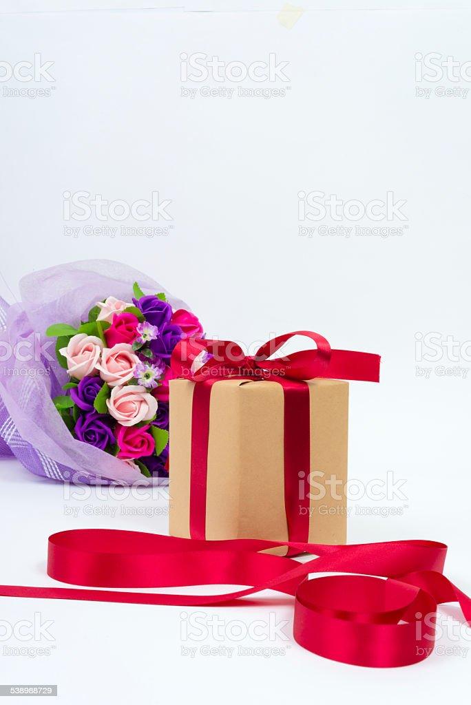 Pudełko na prezent z wstążki, kwiaty zbiór zdjęć royalty-free