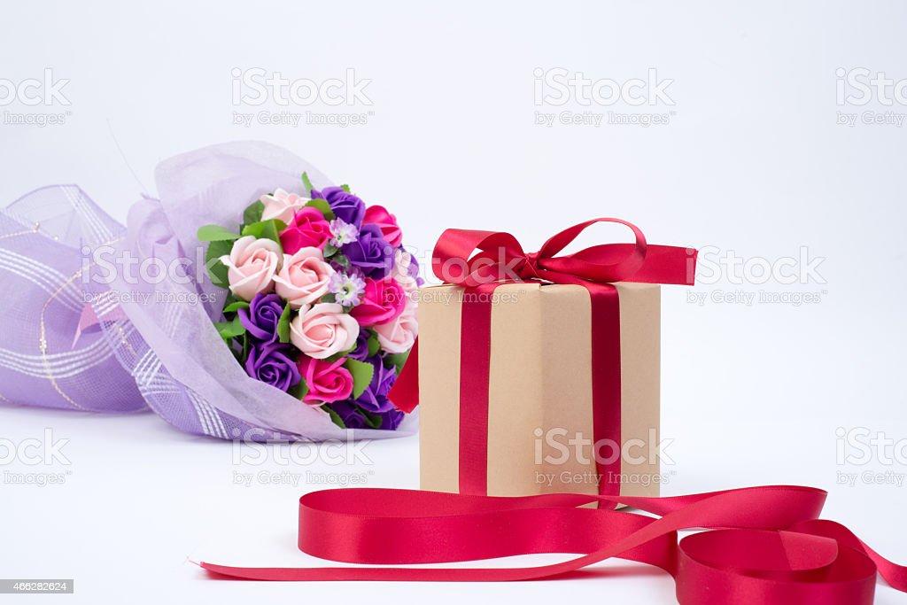 Pudełko na prezent, wstążki i kwiaty zbiór zdjęć royalty-free