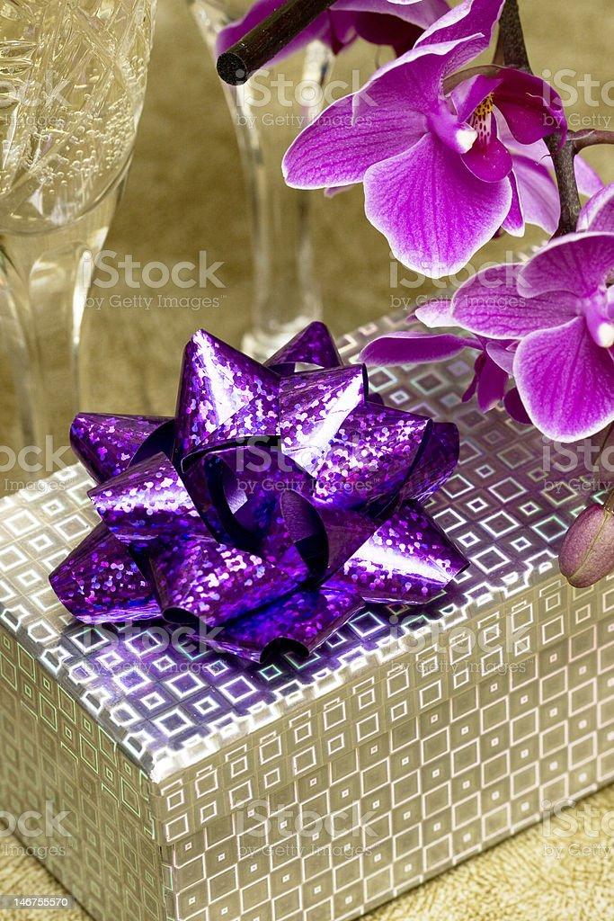 Caixa de oferta com Orquídea roxa foto de stock royalty-free