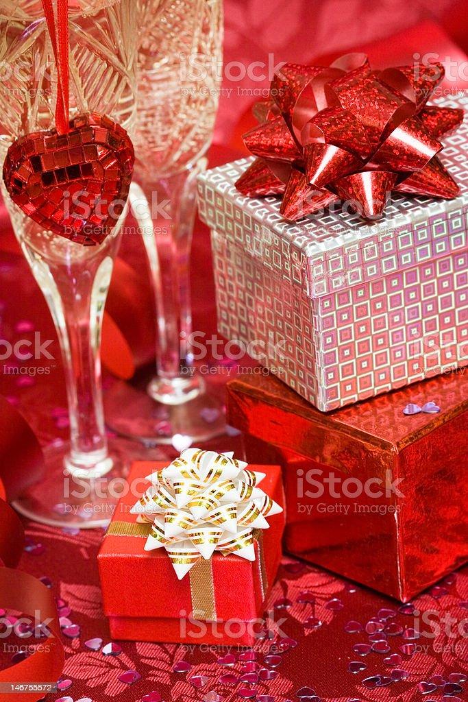 Caixa de presente com coração vermelho e Vidro foto de stock royalty-free