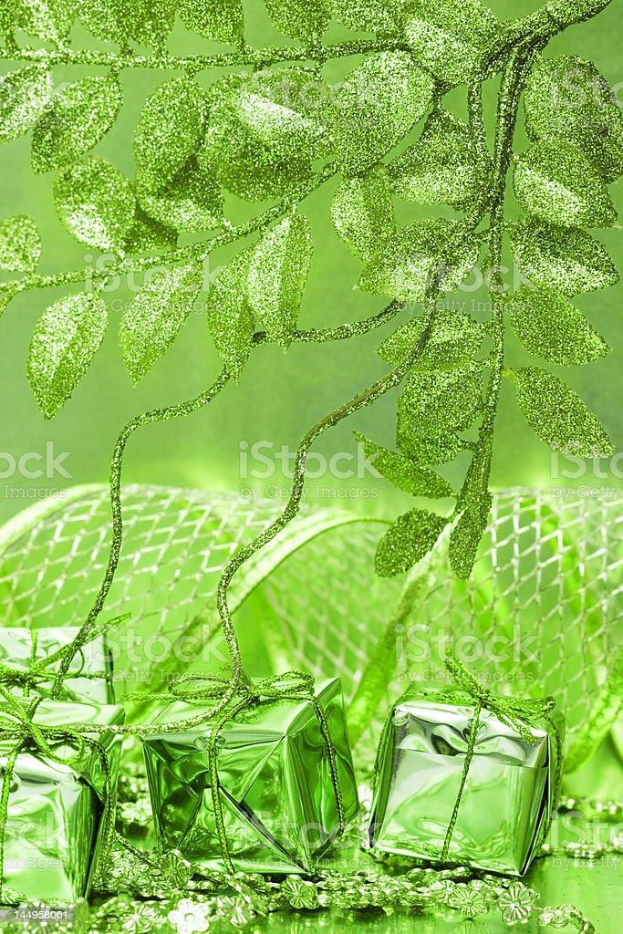 Caixas de presente sobre fundo verde com folhas foto de stock royalty-free