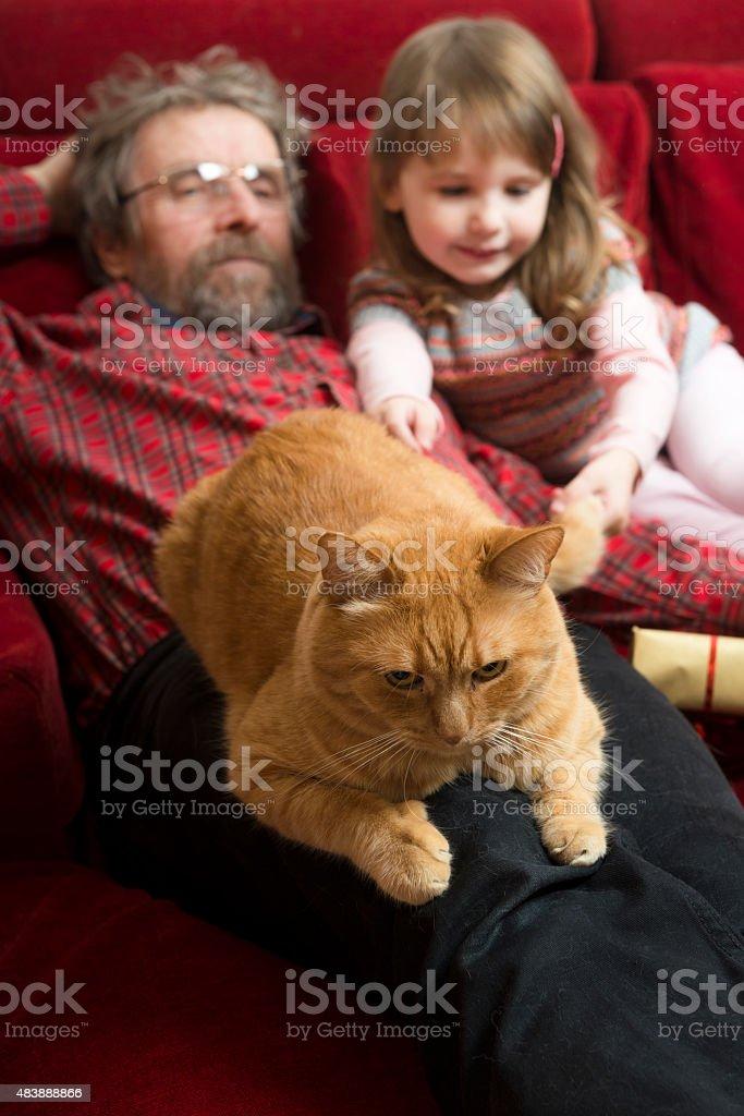 Дед с внучкой на диване фото 85-867