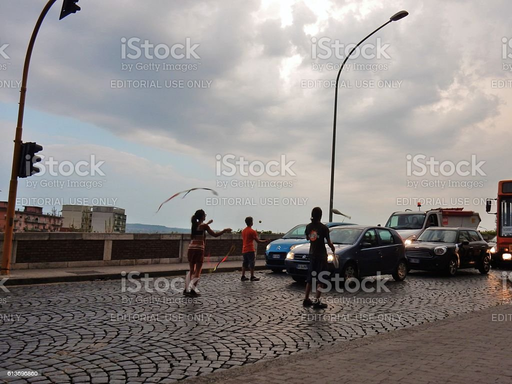 Giocolieri al semaforo stock photo