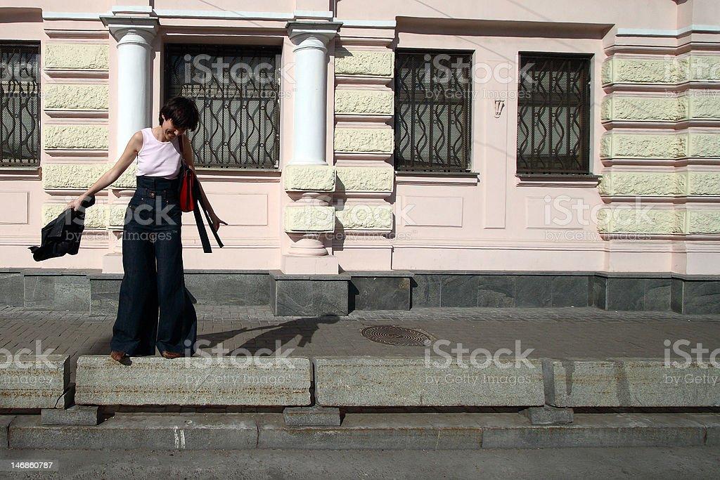 La jeune fille et le rose photo libre de droits