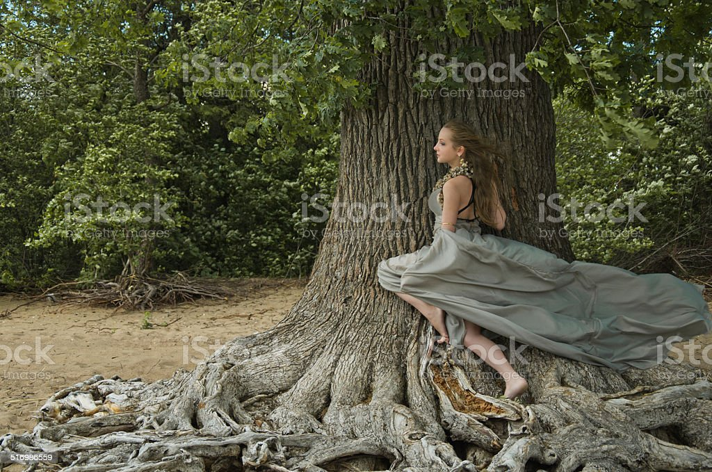 Menina e Árvore foto de stock royalty-free
