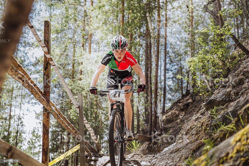 여자아이 선수 자전거 타는 사람 타기 침울 산 a 나무 다리 royalty-free 스톡 사진