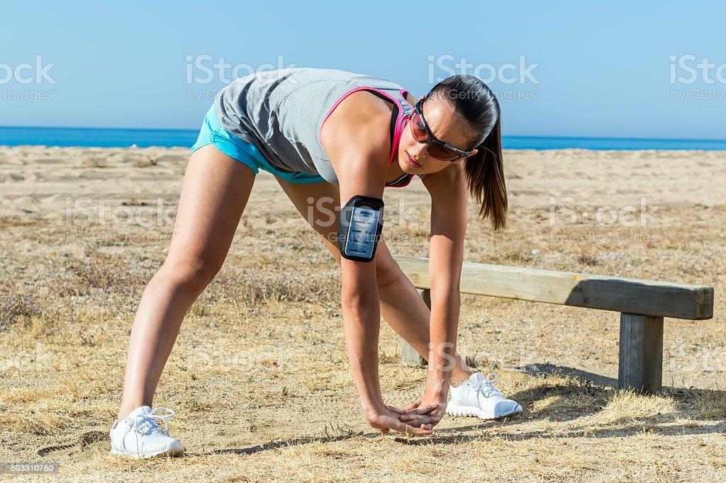Girl doing warming up exercise outdoors. photo libre de droits