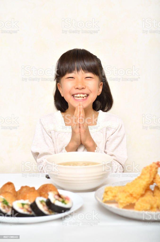 天ぷらうどんを食べる女の子 stock photo