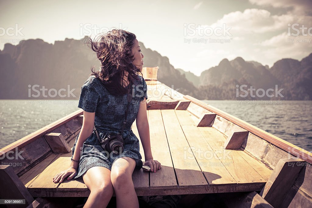 Mädchen mit Boot, um den See Lizenzfreies stock-foto