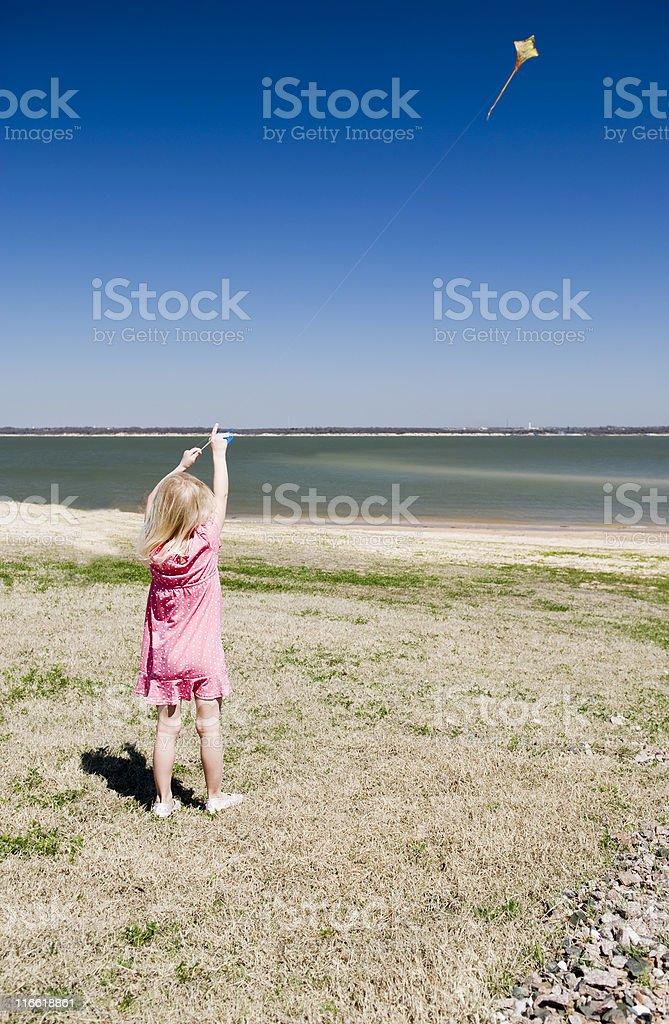Mädchen fliegen kite Lizenzfreies stock-foto