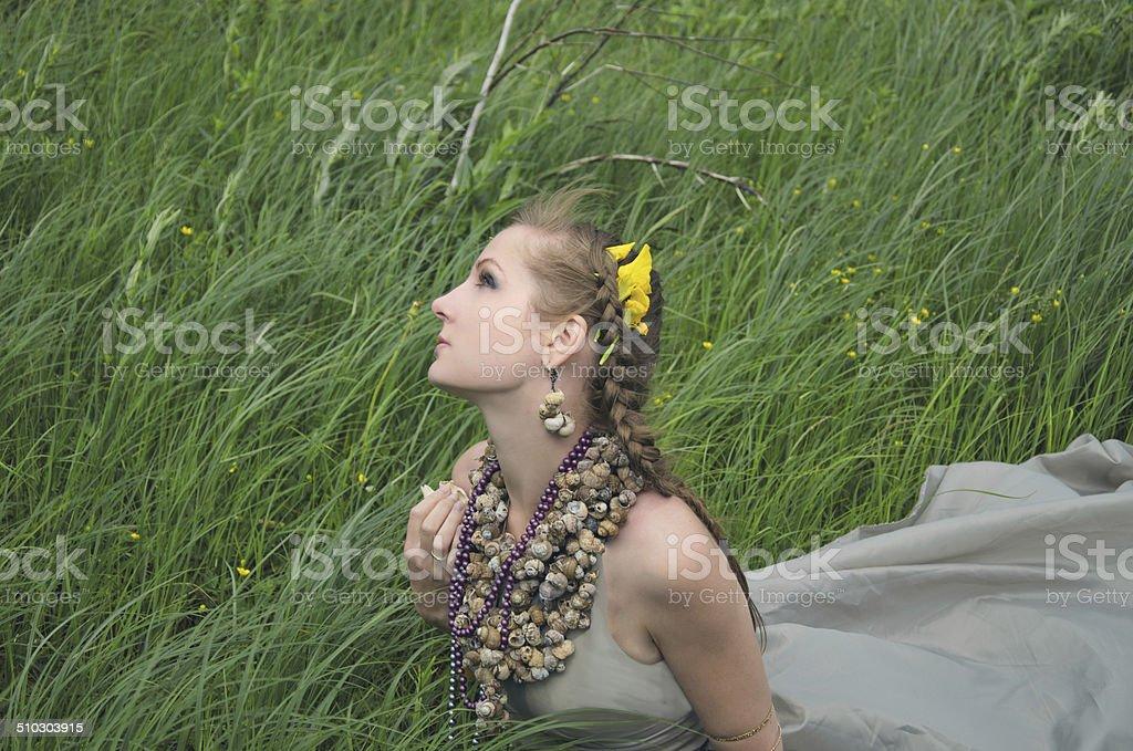 Menina, relva e vento foto de stock royalty-free