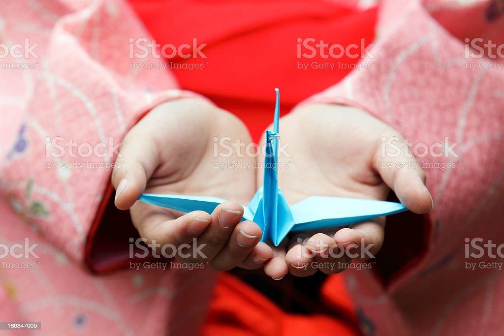 Mädchen Händen hält ein origami crane Lizenzfreies stock-foto