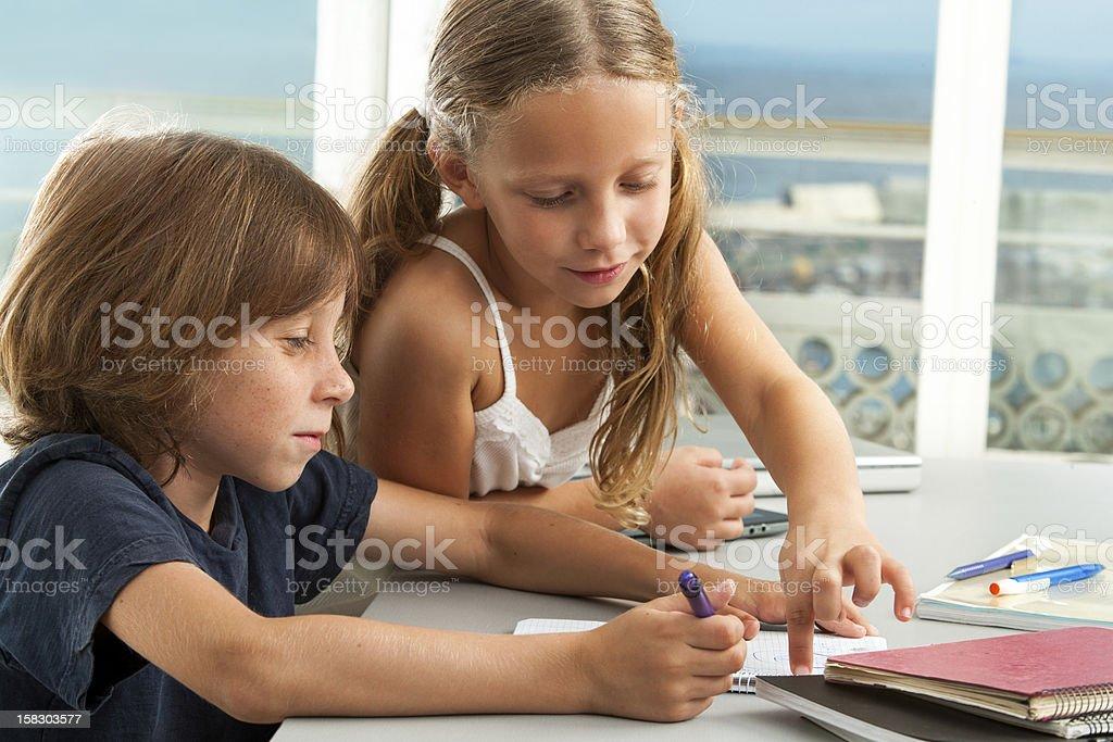 Fille garçon aide à faire vos devoirs. photo libre de droits