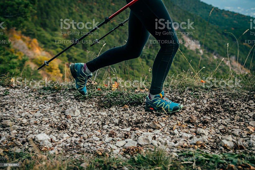 여자아이 하이킹 in 산 royalty-free 스톡 사진