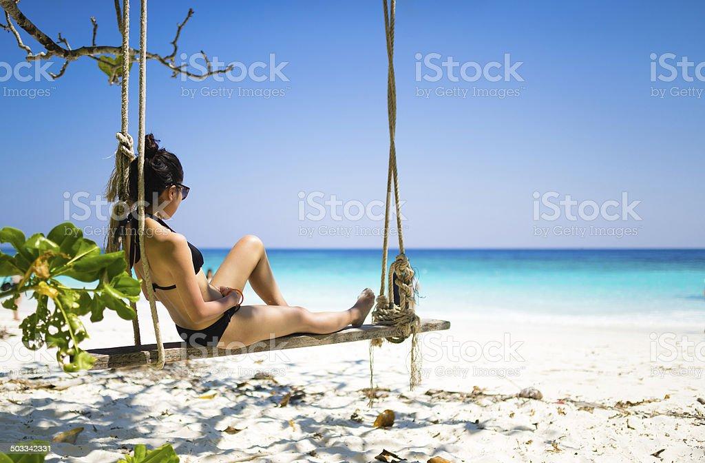 Mädchen in schwarzem bikini Entspannen am Strand-Schaukel Lizenzfreies stock-foto