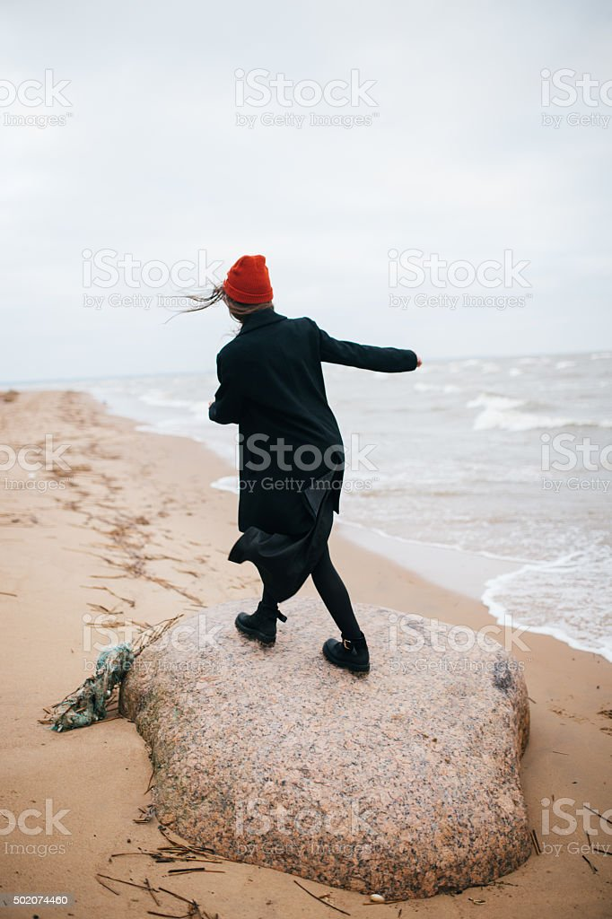 girl in black caminando en el mar foto de stock libre de derechos
