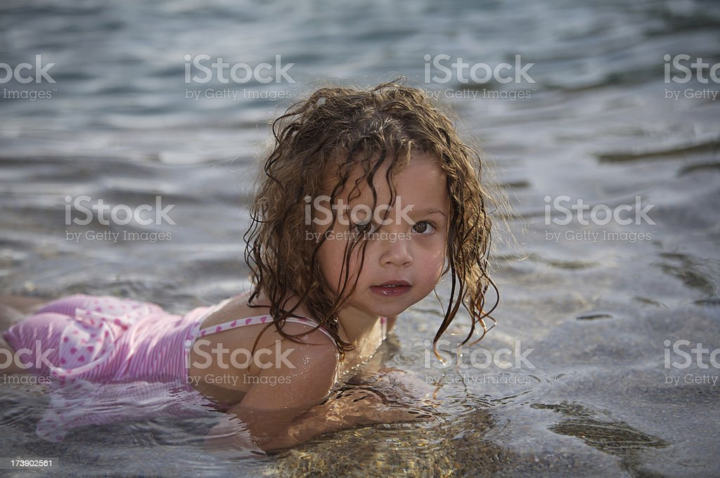 Ragazza in piscina foto stock royalty-free