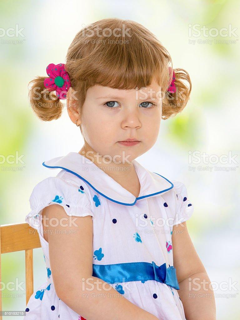 Fille dans la salle de classe Montessori. photo libre de droits
