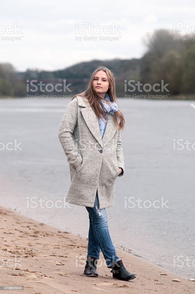 Chica posando en el recubrimiento foto de stock libre de derechos