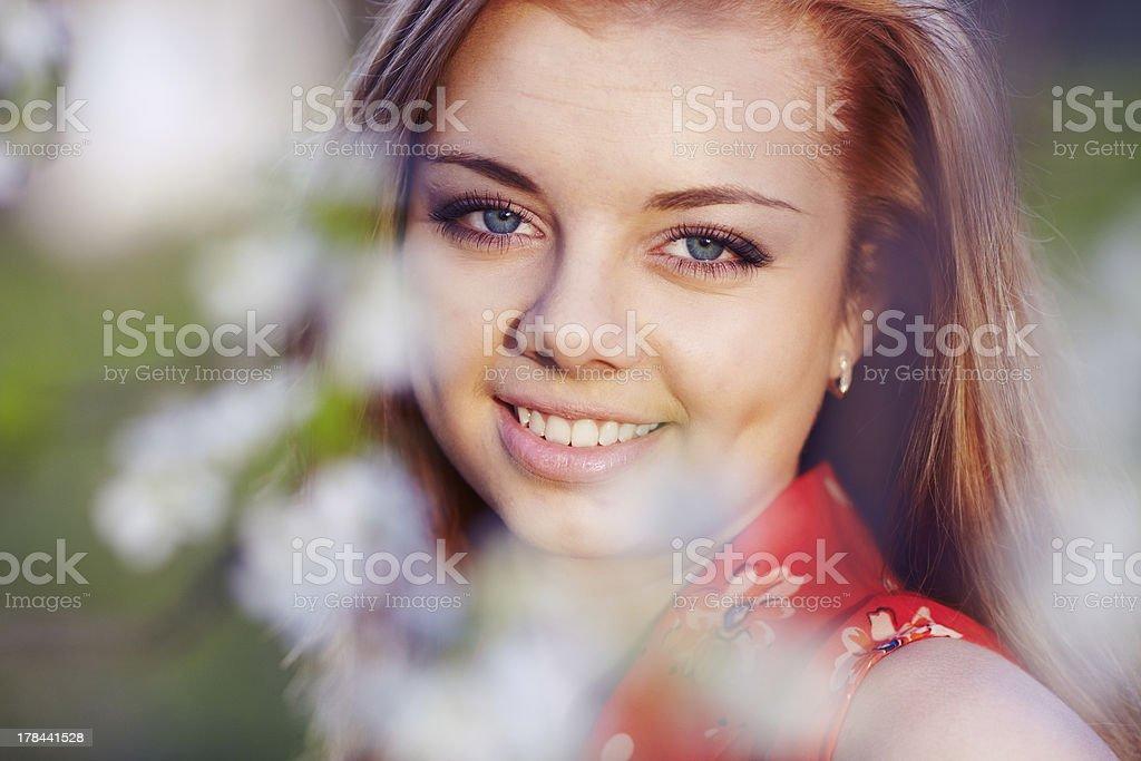 Ragazza in fiori di ciliegio foto stock royalty-free