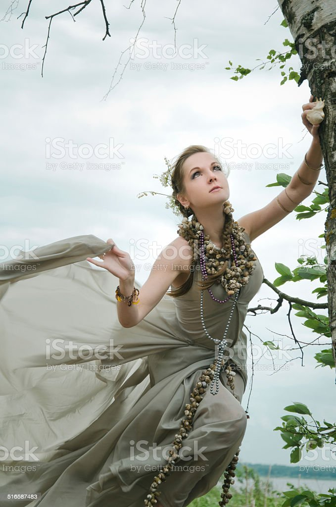 Menina no vento com flores no cabelo dela foto de stock royalty-free