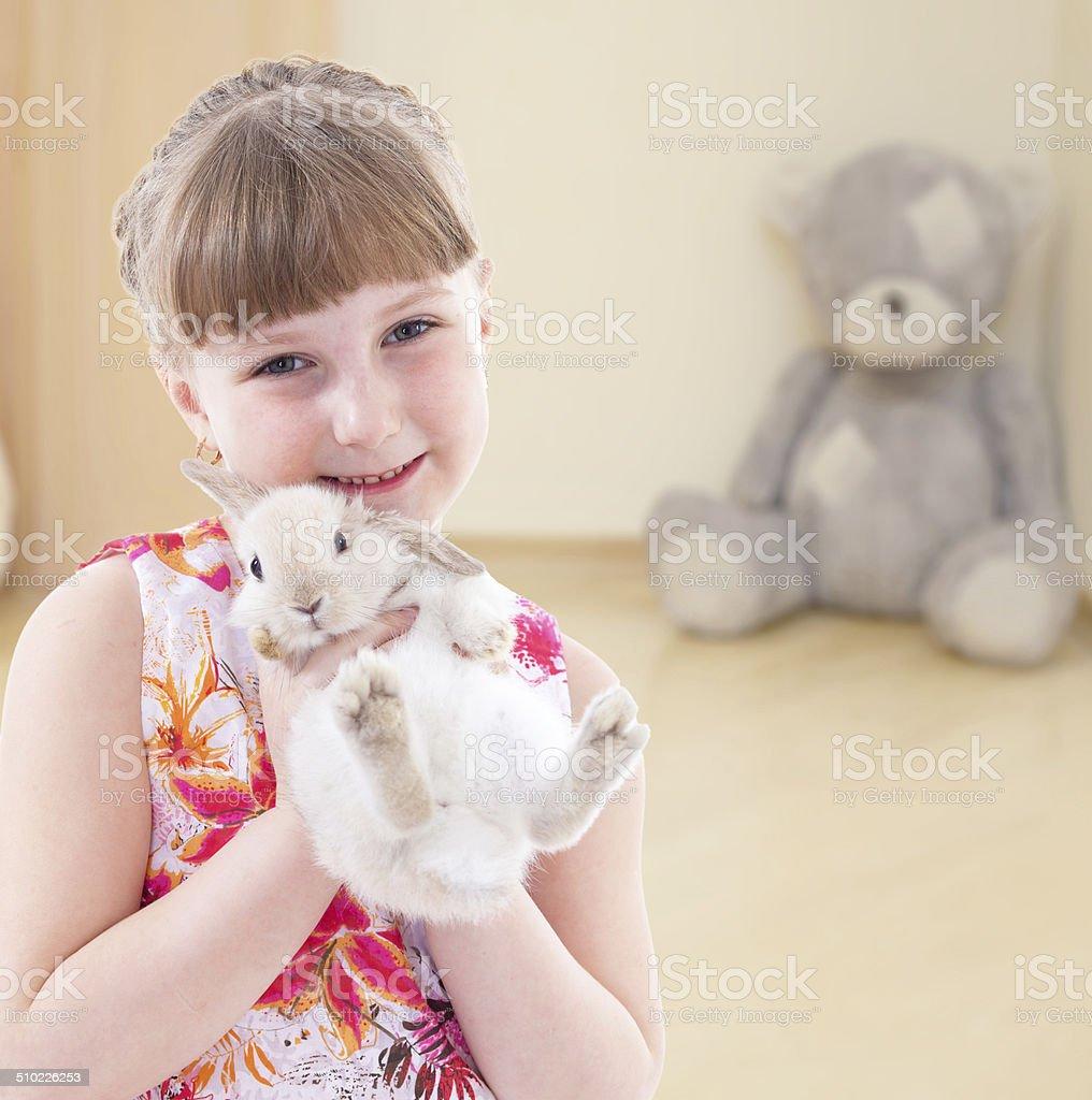 Fille Embrasser un lapin. photo libre de droits