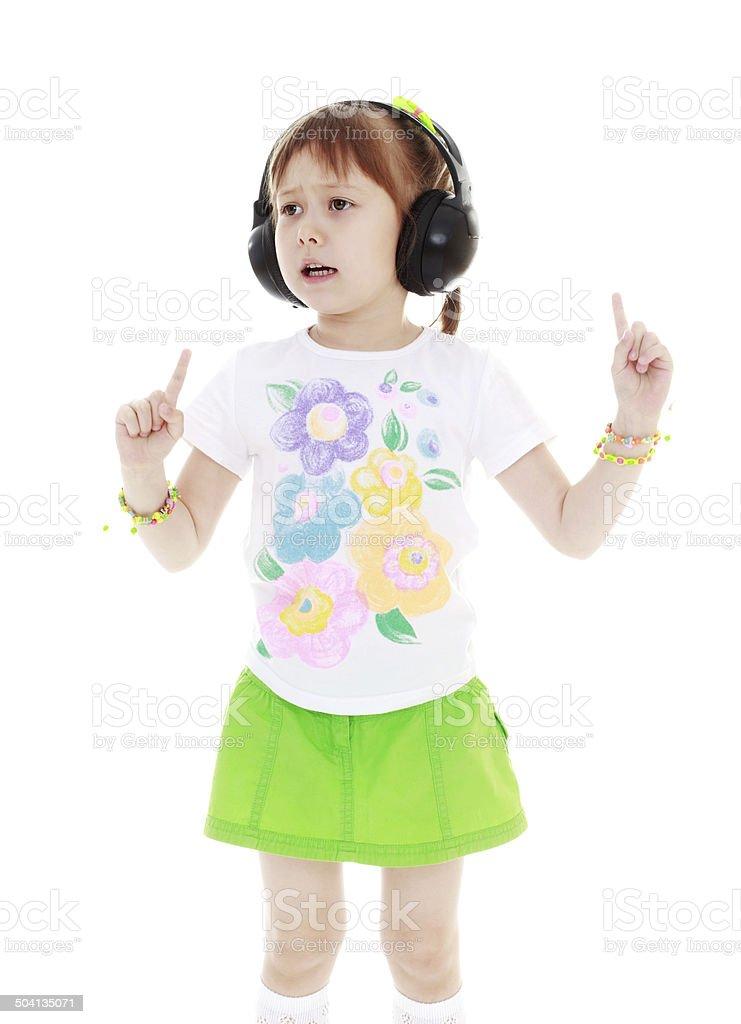 Fille écoutant de la musique avec des écouteurs photo libre de droits