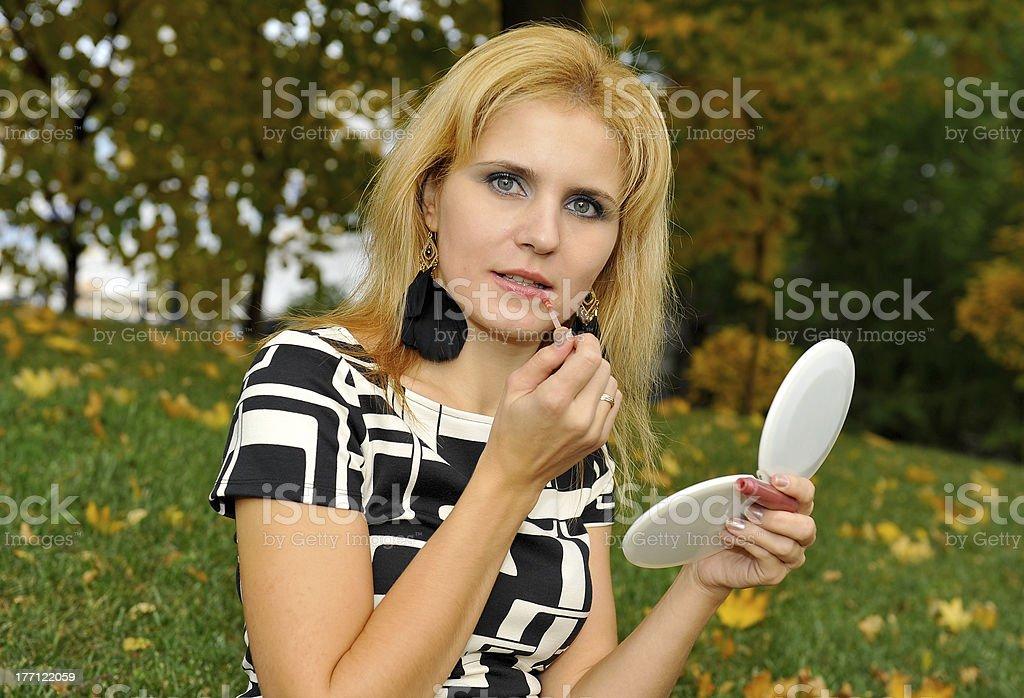Fille faire avec le brillant à lèvres à la main photo libre de droits