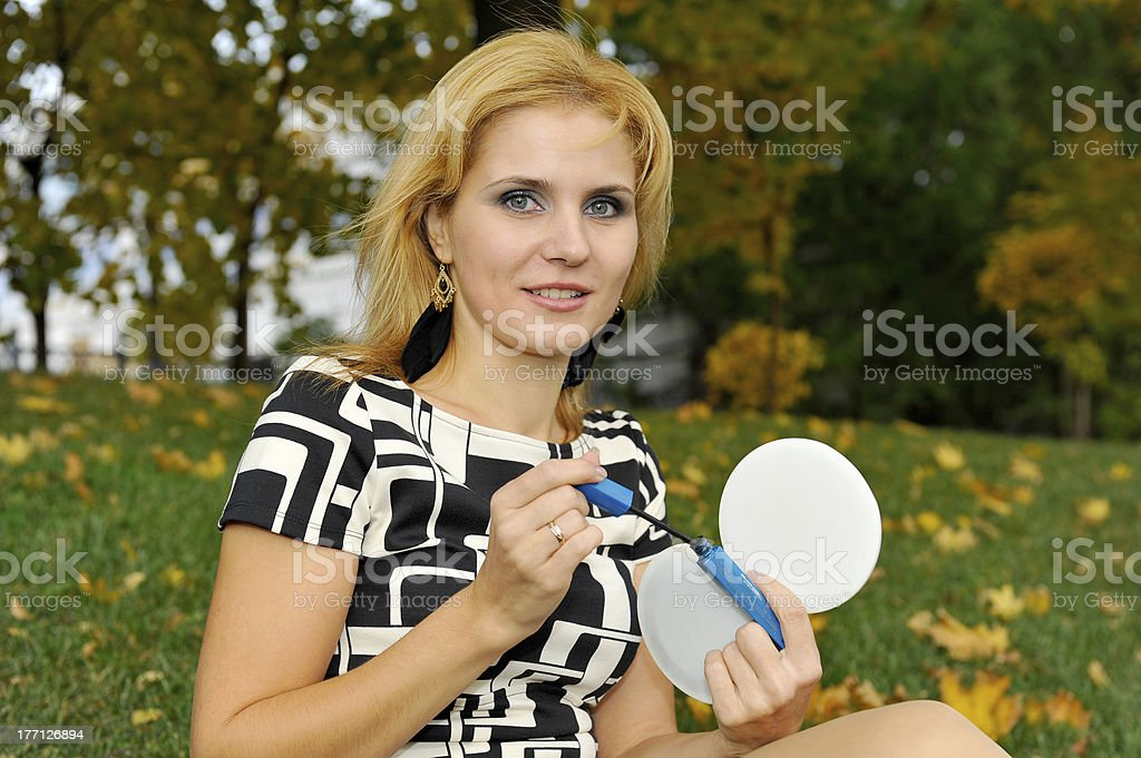 Fille faire à mascara à la main photo libre de droits