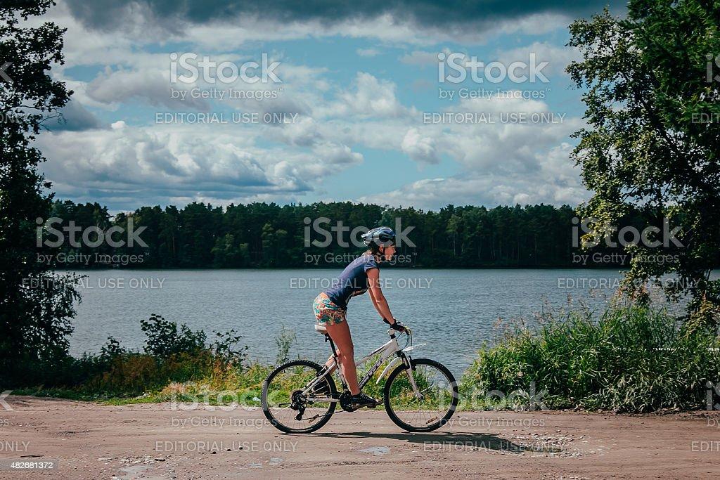 현대적인 여자아이 mountainbiker 벚꽃나무를 레이브 royalty-free 스톡 사진