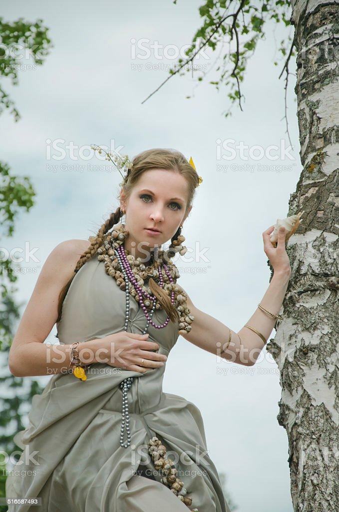 Menina perto de uma árvore foto de stock royalty-free