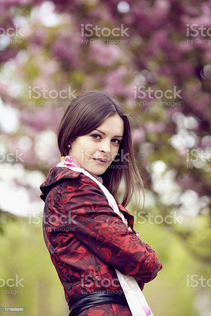 Ragazza su uno sfondo di fiori di ciliegio foto stock royalty-free