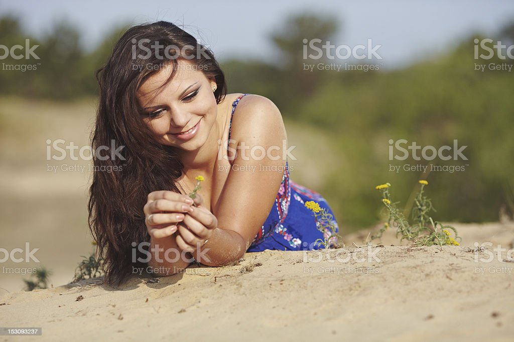 Ragazza sulla sabbia foto stock royalty-free