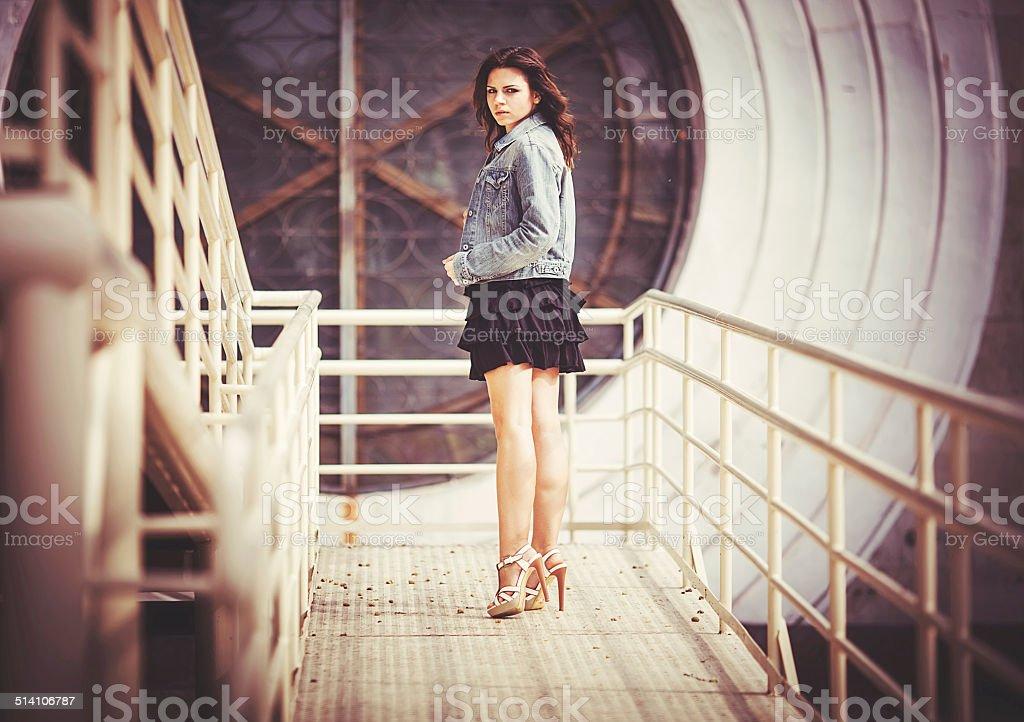 Ragazza sul ponte foto stock royalty-free