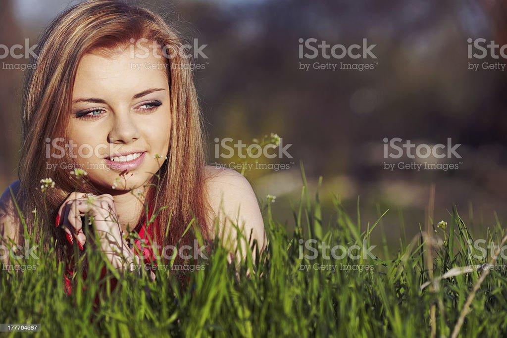 Ragazza sull'erba di primavera foto stock royalty-free