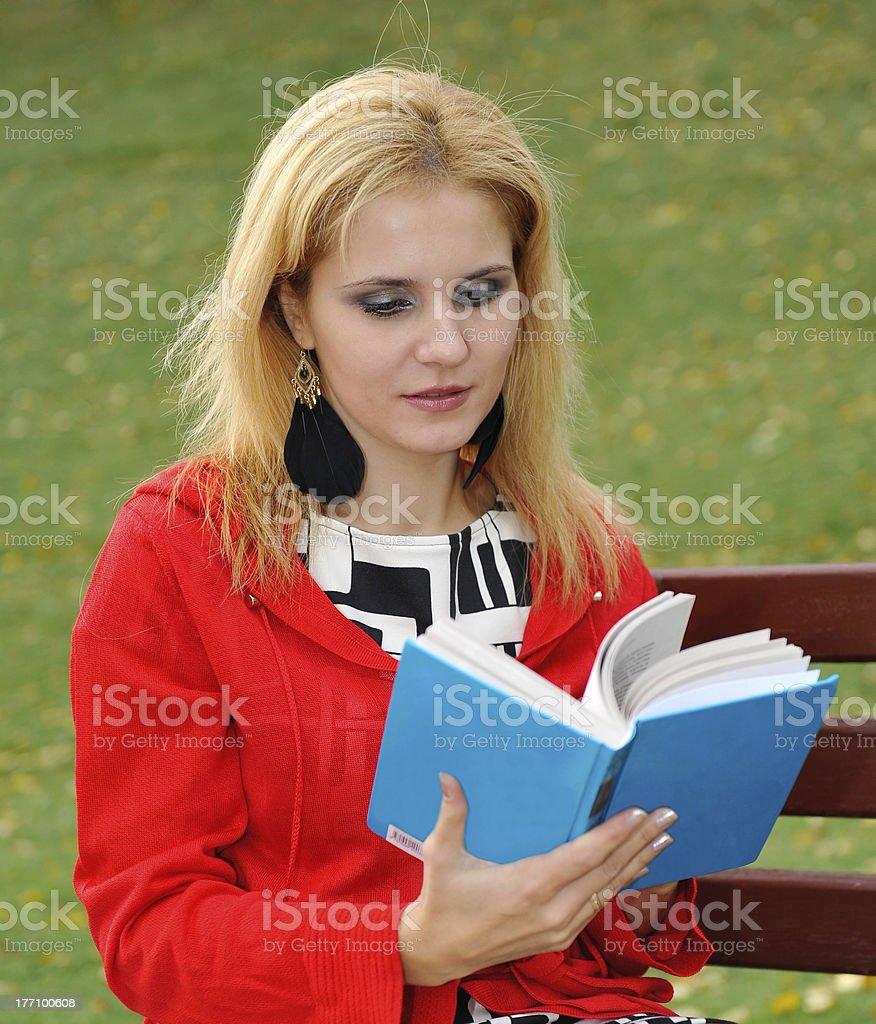 Fille lisant le livre sur le parc photo libre de droits
