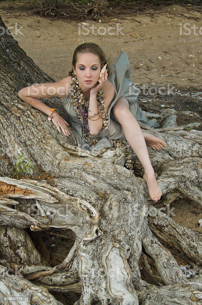 Menina, Conchacolor e Árvore foto de stock royalty-free