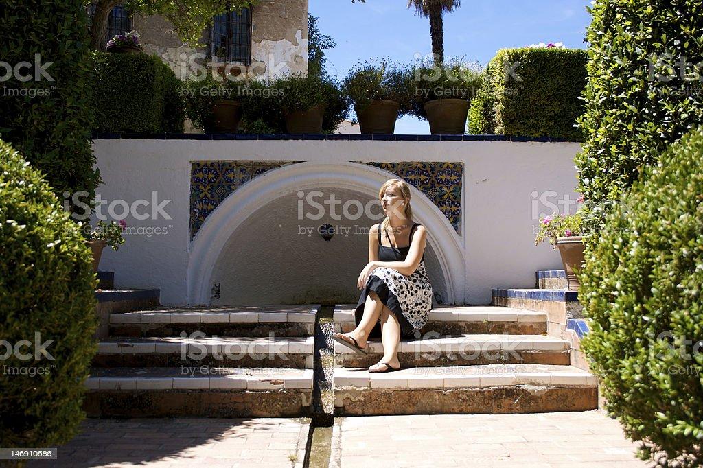 女の子に座って公園 ロイヤリティフリーストックフォト