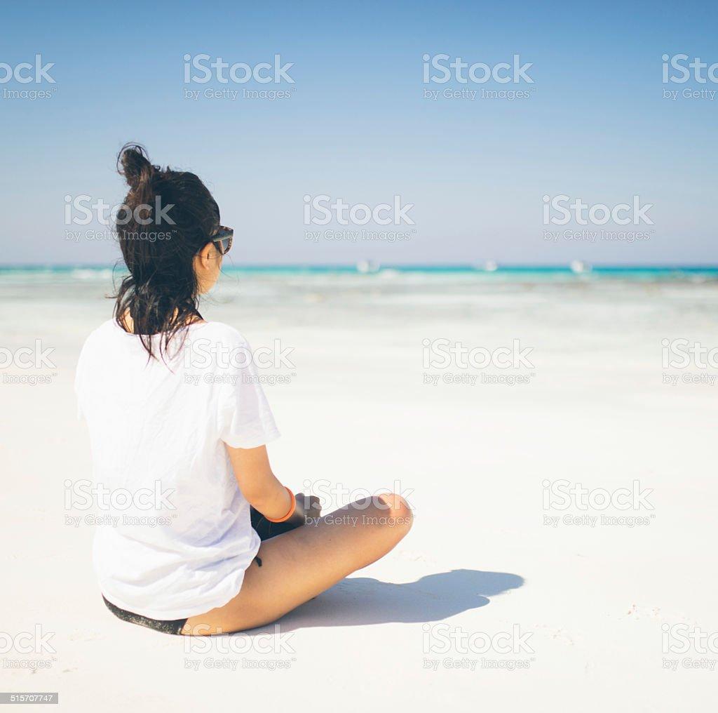 Mädchen sitzt am tropischen Strand-Paradies Lizenzfreies stock-foto