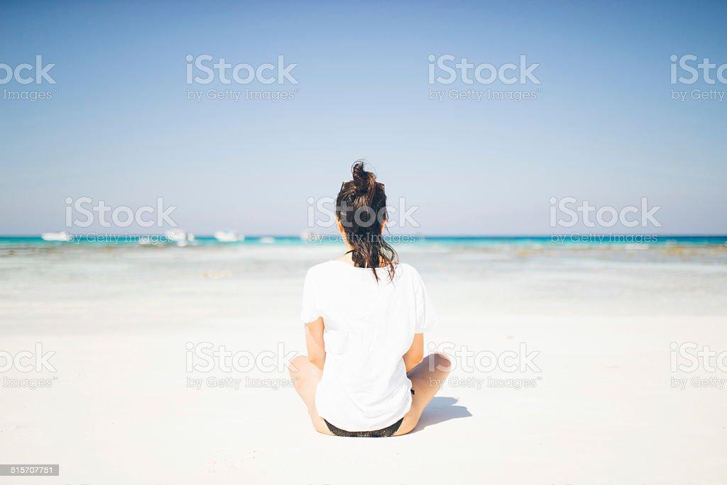 Mädchen sitzt am tropischen Strand-Paradies, Thailand Lizenzfreies stock-foto