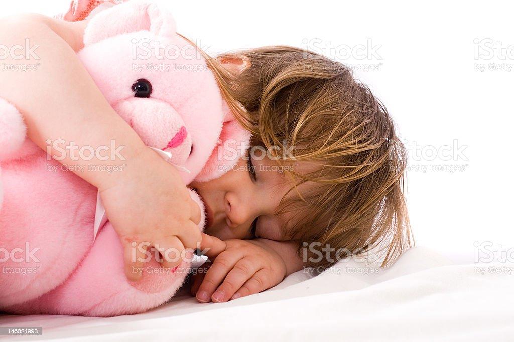 Fille avec ours en peluche de couchage photo libre de droits