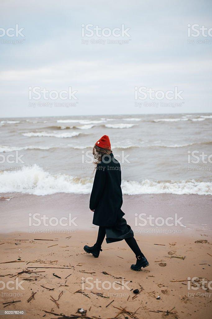 Chica caminando por la costa foto de stock libre de derechos