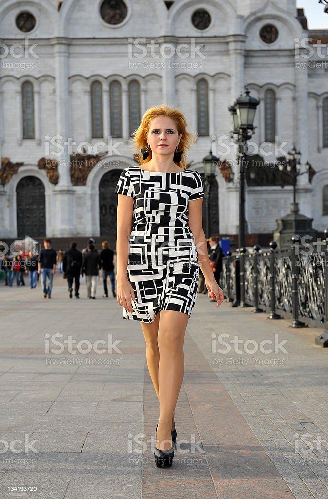 Fille marchant le long de la rue, en face de la cathédrale photo libre de droits