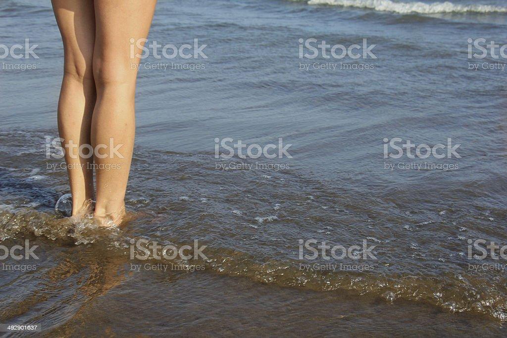 Девушки ходить на море Стоковые фото Стоковая фотография