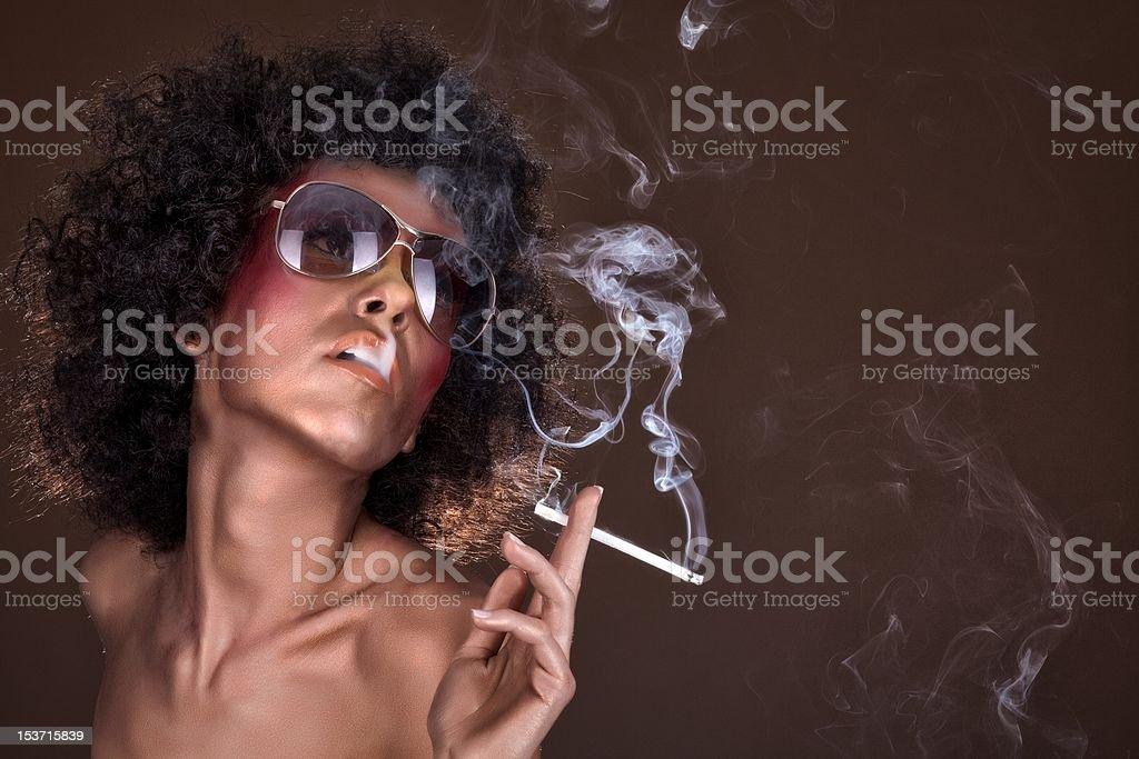 Fille avec cheveux afro et une cigarette photo libre de droits
