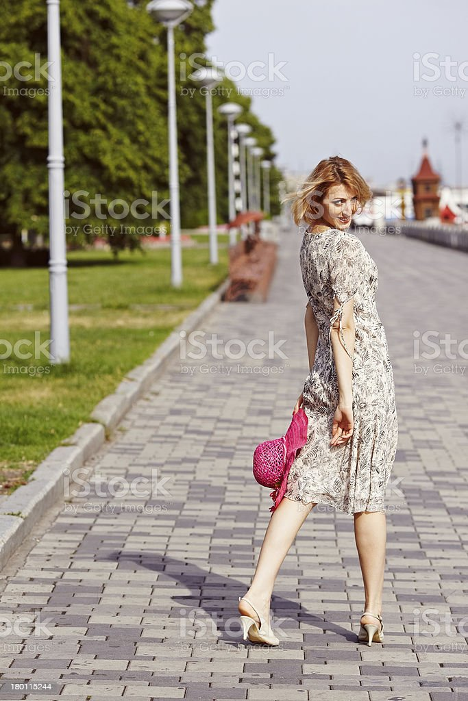 Ragazza con Elementi rossi di abbigliamento foto stock royalty-free
